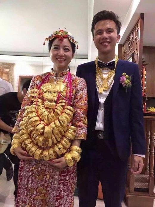 Ấn tượng nhất những ngày qua trên mạng xã hội có lẽ là bức hình cặp đôi cô dâu chú rể đeo vô số vàng trên cơ thể. Chú rể với gần chục chiếc vòng cổ bằng vàng, còn cô dâu thì không đếm xuể. Những chiếc vòng tay bằng vàng còn được xâu lại thành những vòng lớn và đeo lên cổ cô dâu. Bức hình đang nhận được sự quan tâm và chú ý của đông đảo cư dân mạng. Mọi người cho rằng bức hình này là trong một đám cưới người Trung Hoa.