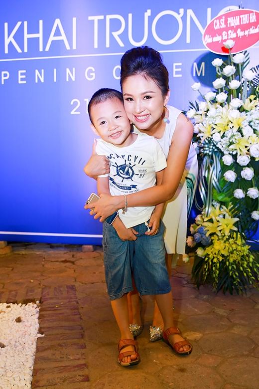 Bé Bin nhắng nhít chụp hình cùng mẹ Vân Hugo - Tin sao Viet - Tin tuc sao Viet - Scandal sao Viet - Tin tuc cua Sao - Tin cua Sao