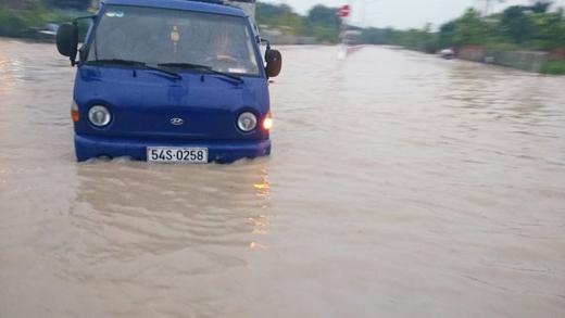 Nhiều tuyến đường ở Bình Dương chìm trong biển nước sau trận mưa lớn