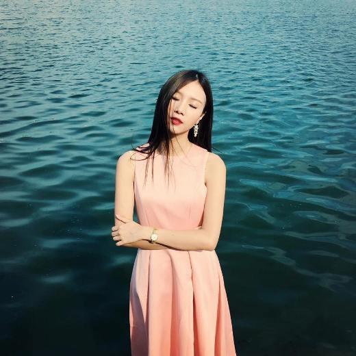 """Dù không còn làm trong ngành hàng không nhưng vớiNgọc Châmthì quãng thời gian làm việc cũng mang lại cho cô được nhiều kinh nghiệm trong cả công việc cũng như cuộc sống. Sau khi """"dừng chân"""" tại ngành hàng không,Ngọc Châmđược rất nhiều lời mời làm mẫu ảnh cho các cửa hàng thời trang có tiếng.Ngọc Châmcòn từng được so sánh với nữ diễn viênDuy Thang (Trung Quốc)."""
