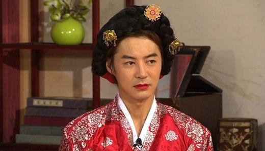 """Diện hanbok tham gia chương trình truyền hình nhân dịp lễ Chuseok, Junjin (Shinhwa) mang đến cho khán giả một tràn cười """"no nê"""" nhờ bộ dạng giả gái """"thảm họa"""" của mình."""