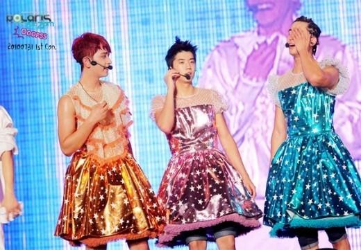 Chính fan của 2PM cũng không ngờ lại có ngày được nhìn thấy thần tượng diện váy trình diễn trên sân khấu.