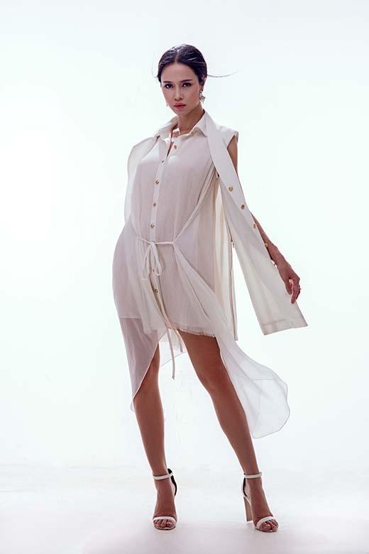 Cô nàng thể hiện sự biến hóa linh hoạt với gam màu trắng chủ đạo. Top 5 HHVN 2012 diện chiếc váy suông dài lấy phom từ áo sơ mi truyền thống kết hợp cùng blazer khoác ngoài mang đến tinh thần hiện đại, trẻ trung nhưng không làm mất đi sự nữ tính, gợi cảm vốn có.