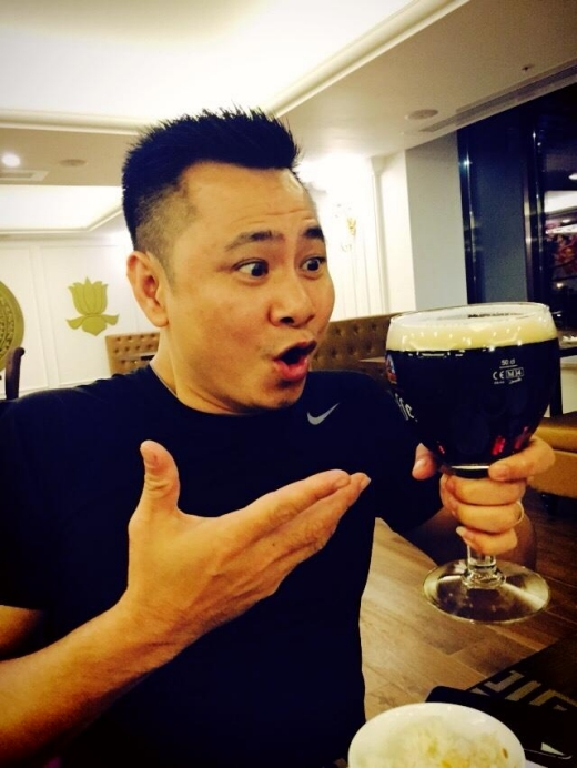 Tự Long hốt hoảng với ly bia đen. - Tin sao Viet - Tin tuc sao Viet - Scandal sao Viet - Tin tuc cua Sao - Tin cua Sao