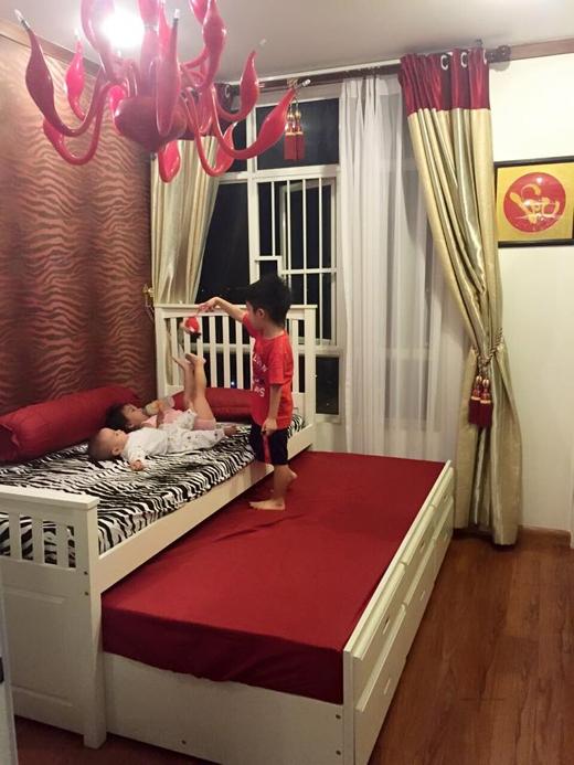 Nữ diễn viên Ốc Thanh Vân đã chia sẻ hình ảnh cậu con trai lớn của cô đã có thể ra dáng người anh chững chạc, khi đã tự mình có thể trông nom các em khi mẹ không bên cạnh. Hình ảnh này đã phần nào khiến cô cảm thấy an tâm hơn về các con của mình.