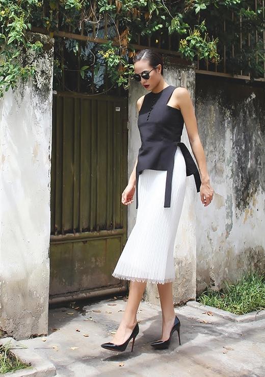 Bộ trang phục kết hợp hài hòa giữa những đường cắt cúp mạnh mẽ cùng độ rũ mềm mại của chân váy.