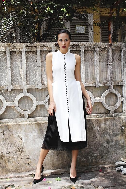 Tiếp tục sử dụng chân váy voan xòe gấp nếp nhưng với màu đen, Phương Mai tạo nên một tổng thể khá độc đáo với chiếc áo trắng dáng dài xẻ tà.