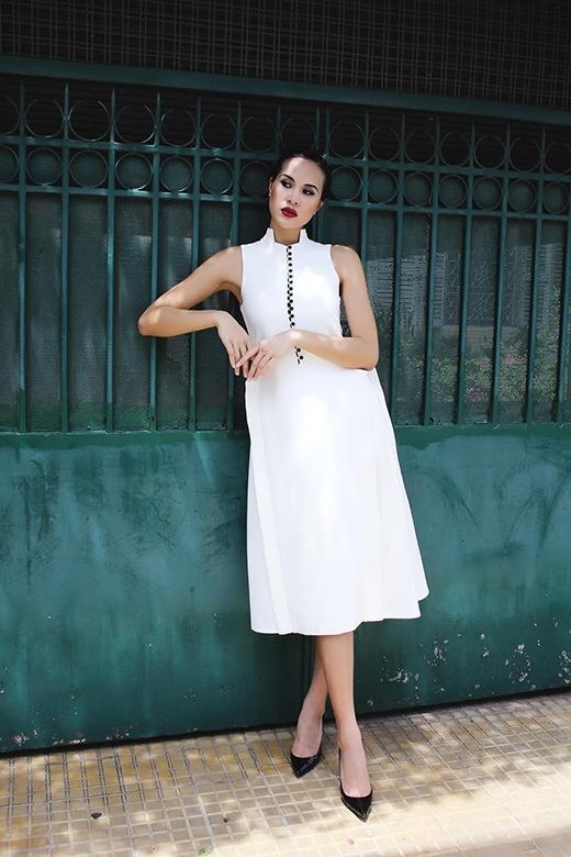 Chiếc váy trắng điệu đà lại mang đến hình ảnh những tiểu thư đài các pha chút đỏng đảnh, kiêu kì.