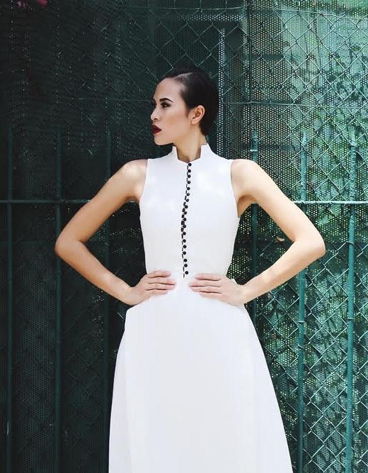 Thiết kế vẫn sử dụng hàng cúc đen cùng chi tiết vòng cung đối xứng hai bên chân váy để tạo điểm nhấn. Đây là một lựa chọn hoàn hảo cho những cô nàng yêu thích vẻ đẹp đến từ sự thanh lịch, kín đáo mang hơi thở của phong cách cổ điển.