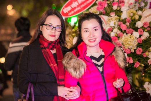 Mẹ Huyền My (bên phải) thân thiết với mẹ Tú Anh (bên trái). - Tin sao Viet - Tin tuc sao Viet - Scandal sao Viet - Tin tuc cua Sao - Tin cua Sao