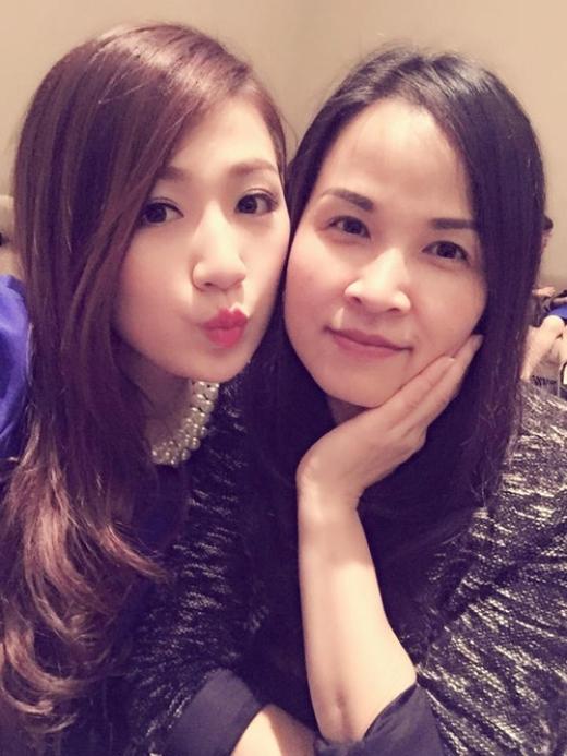 Hai mẹ con nhìn chỉ như hai chị em khi chụp ảnh cùng nhau. - Tin sao Viet - Tin tuc sao Viet - Scandal sao Viet - Tin tuc cua Sao - Tin cua Sao