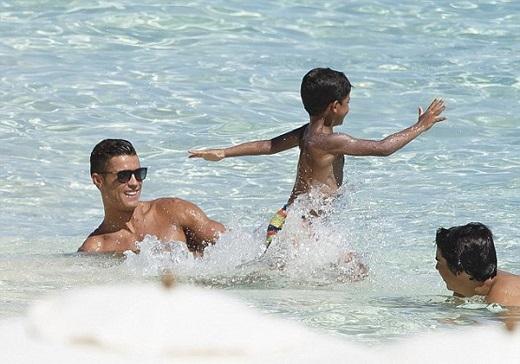 Đây dường như là kỷ nghỉ của riêng C. Ronaldo và con trai, không có sự góp mặt của mẹ anh và các anh chị em cùng các cháu. Ảnh: Internet.
