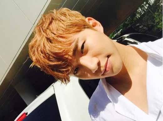 Junho khoe ảnh cực bảnh trai trong buổi họp mặt fan mini. Anh chia sẻ cảm giác vô cùng hạnh phúc khi được gặp người hâm mộ.