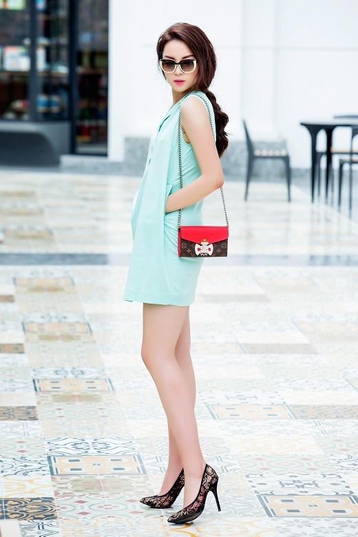 Với gam màu xanh lơ pha trộn giữa sắc xanh biển cùng màu xanh bạc hà tươi trẻ,Kỳ Duyênchọn chiếc váy dáng suông không tay.