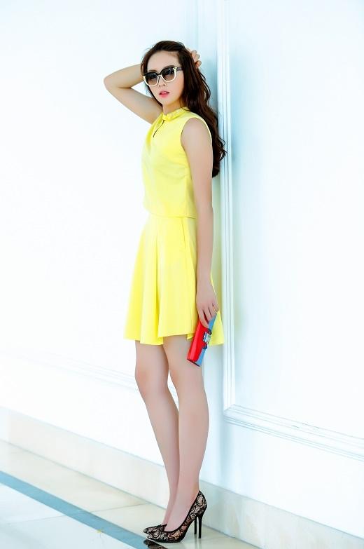 Đôi giày cao gót mũi nhọn với chất liệu lưới càng làm tăng thêm vẻ bắt mắt cho bộ trang phục.
