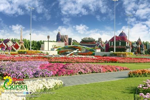 Các lối hoa được trồng xen kẽ tạo nên sự hài hòa về màu sắc mang đến cảm giác dễ chịu và không bị rối mắt cho du khách.