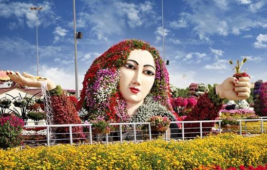Bức tượng thiếu nữ được tạo nên từ hoa là một trong những công trình độc đáo của vườn hoa này.