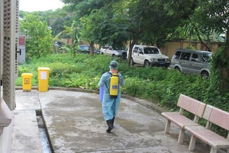 Sở y tế phun thuốc khử trùng quanh khu vực hai du khách nằm cách ly. Ảnh: DT