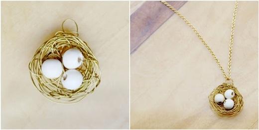 Cứ tiếp tục quấn sợi kẽm thành các vòng tròn cho tổ chim trông to to một tẹo. Trong lúc quấn kẽm, hãy chừa ra một khoảng trống để luồn dây chuyền qua nhé.