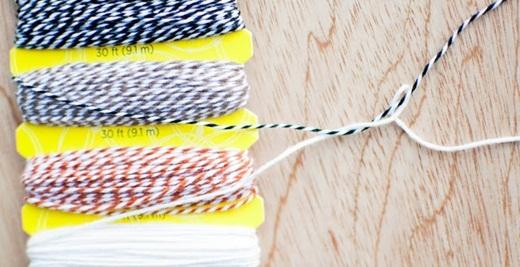Vật liệu cần có rất là hạt dẻ nhé. Bạn chỉ cần có một ít dây vải cùng màu, một ít chỉ có sọc màu, một vài cái khoen làm khóa và một cuộn băng keo.