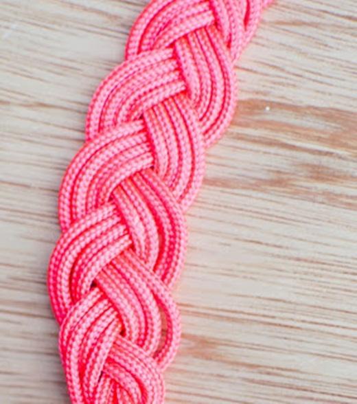 Hãy cột cố định một đầu của bó dây vải, chia làm 3 phần và bắt đầu thắt như thắt tóc bím nhé! Chuyện này dễ như ăn kẹo với các bạn gái phải không nào?!