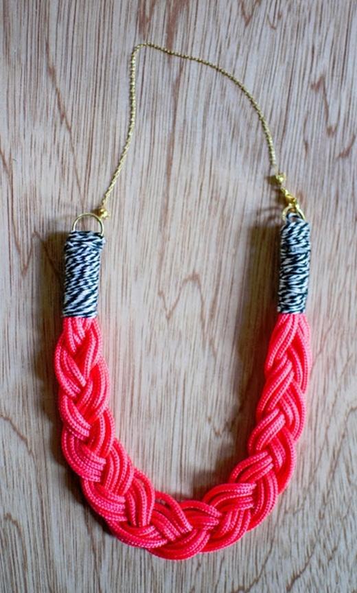 Cuối cùng thì hãy nối đoạn dây trên với một đoạn dây chuyền sao cho vừa vặn với chiếc cổ mảnh mai xinh đẹp của bạn.
