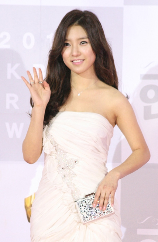 Từ lúc còn bé, Kim So Eun đã gây ấn tượng mạnh với nét đẹp xinh xắn và nữ tính của mình. Trong một phim quảng cáo với Kim Ki Bum ngày trước, khán giả đã dễ dàng nhận ra đó chính là nữ diễn viên Kim So Eun quyến rũ và xinh đẹp hiện tại.