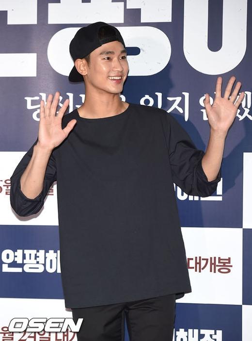 Kim Soo Hyun diện đồ bình dân, Sulli đọ sắc cùng IU