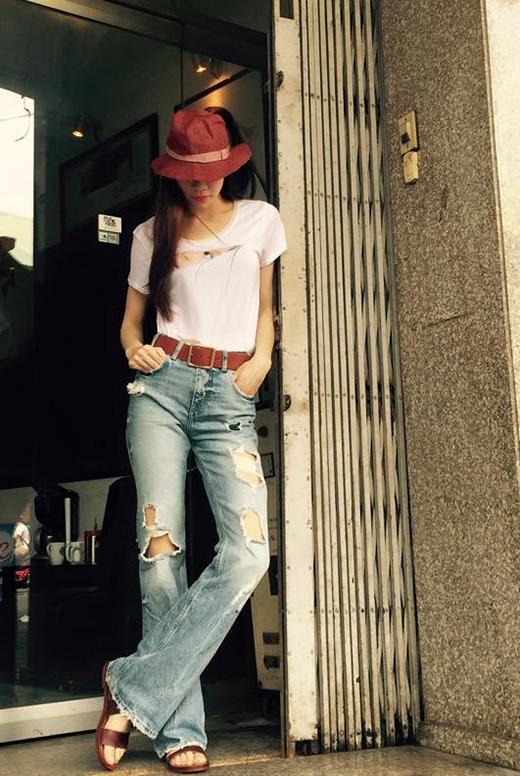 Nếu như Thanh Hằng lựa chọn phong cách menswear kết hợp cùng áo sơ mi trắng chỉn chu thì Hồ Ngọc Hà lại bụi bặm khi phối jeans rách cùng áo phông cổ tròn và không quên mang theo mũ fedora màu nâu đỏ.