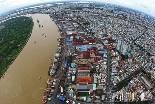 Cảng Sài Gòn, quận 4 cùng khu dân cư xung quanh cho thấy một thành phố Hồ Chí Minh đông đúc, nhộn nhịp và một nền kinh tế phát triển thuộc hàng bậc nhất Việt Nam.