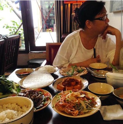 Nữ ca sĩ Sĩ Thanh đã đăng tải hình ảnh này trên trang cá nhân của mình. Cô luôn dành thời gian để đưa mẹ đi ăn các món ngon vào những lúc rảnh rỗi. Và đặc biệt, Sĩ Thanh thường hay gọi vui mẹ mình bằng danh xưng người yêu.
