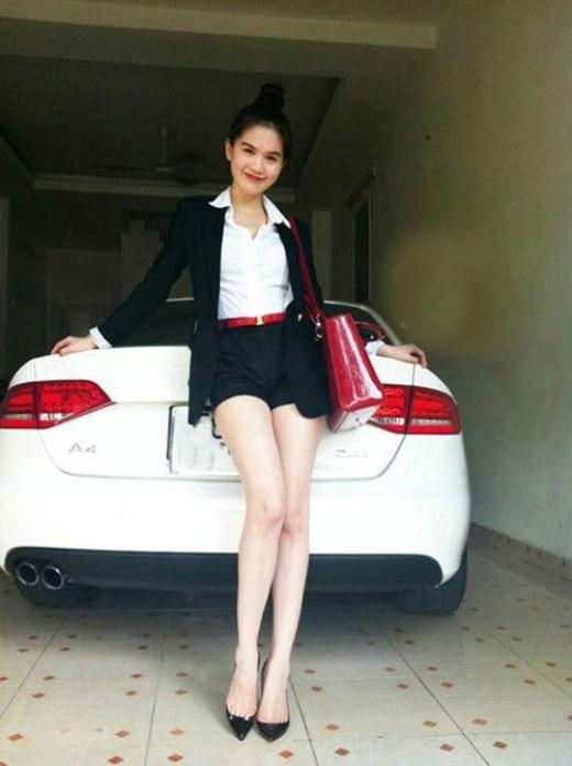 Ngọc Trinh bên chiếc siêu xe đầu tiên cô tậu có giá 1,4 tỷ đồng. - Tin sao Viet - Tin tuc sao Viet - Scandal sao Viet - Tin tuc cua Sao - Tin cua Sao
