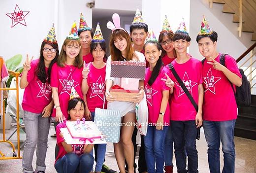 Fans đột nhập phim trường tổ chức sinh nhật cho Hari. - Tin sao Viet - Tin tuc sao Viet - Scandal sao Viet - Tin tuc cua Sao - Tin cua Sao