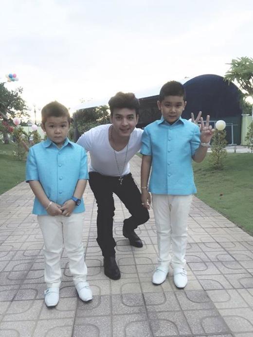 Hồ Quang Hiếuđã được dịp chụp ảnh cùng hai em nhỏ trong chuyến đi diễn của mình. Nam ca sĩ tự nhận bản thân mình rất may mắn khi có thể được chụp ảnh cùng hai hot boy nhí kháu khỉnh, đáng yêu này.