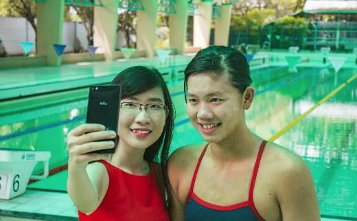 Ánh Viên tự tin tạo dáng selfie thể hiện bản thân trước ống kính.