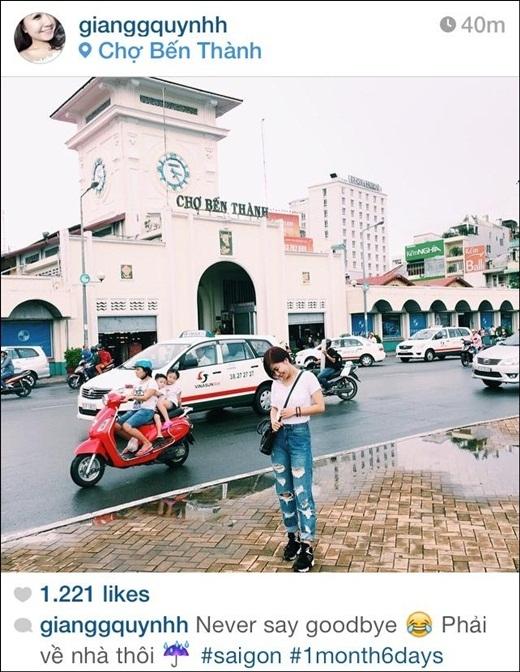 Cô người yêu HuyMe mới đây chia sẻ trên trang cá nhân bức hình chụp tại chợ Bến Thành vô cùng dễ thương. Với chiếc quần jean rách, áo phông trắng, kết hợp cùng chiếc túi xách đeo chéo và đôi giày thể thao khỏe khoắn, Quỳnh Giang trong bộ đồ năng động chụp giữa trời Sài Gòn sau cơn mưa lớn.