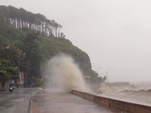 Bão số 1 đổ bộ gây ra mưa và sóng to ở Hải Phòng