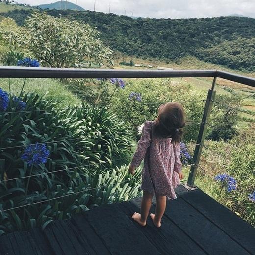 Trang phục của cô bé luôn sành điệu nhưng vẫn thoải mái, hợp với lứa tuổi.