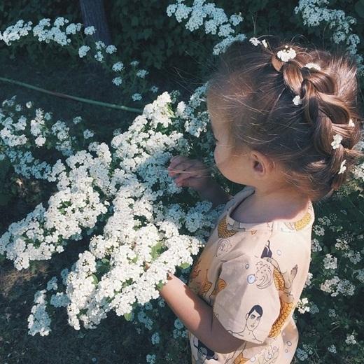 Tóc tết cài hoa xinh như công chúa