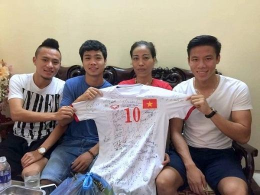 Công Phượng, Huy Toàn và Quế Ngọc Hải gửi tặng chị Vũ Bích Hường chiếc áo đấu có in chữ ký của toàn đội. Ảnh: Internet.