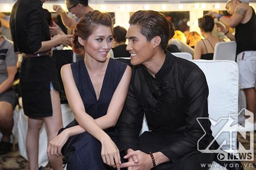 Cặp đôi Quang Hùng, Quỳnh Châu tình tứ bên nhau trong hậu trường. Từ sau VietNam's Next Top Model 2014, chuyện tình cảm của cả hai được người hâm mộ biết đến và ủng hộ nhiều hơn.