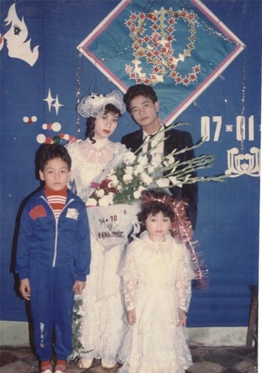 Gương mặt nghiêm túc của MC Phan Anh trông vô cùng dễ thương. Đây là hình ảnh lúc đám cưới cậu mợ Phan Anh, khi ấy anh mới 4 tuổi. - Tin sao Viet - Tin tuc sao Viet - Scandal sao Viet - Tin tuc cua Sao - Tin cua Sao