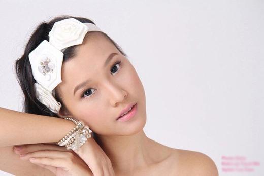 Cô nàng Á hậu - MC Hoàng Oanh đã khiến dân tình phải bất ngờ với hình ảnh của những ngày đầu khi cô chập chững vào nghề. Có thể thấy được những đường nét trẻ trung của một cô gái mới lớn hồn nhiên trên gương mặt Hoàng Oanh.