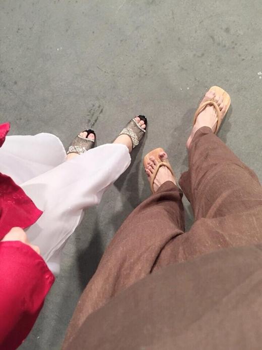 Nữ ca sĩ Khởi My đã rất hào hứng khi được cùng Kelvin Huy Khánh khoe đôi guốc mới của cả hai. Sau khi bức hình này được đăng tải, các fan của cặp đôi Vin - Zoiđang cực kì thích thú với những hành động đáng yêu của họ.