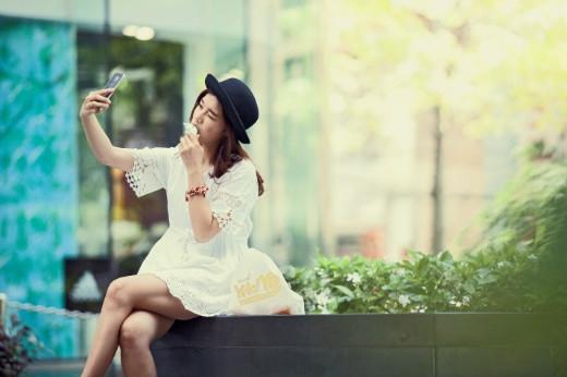 Hoàng Yến Chibi đáng yêu chụp hình selfie