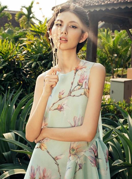 Thân hình cò hương cùng vẻ đẹp mong manh của chân dài Thùy Dương đã giúp Adrian Anh Tuấn truyền tải một cách chân thực cũng như nét đẹp của những mẫu thiết kế.