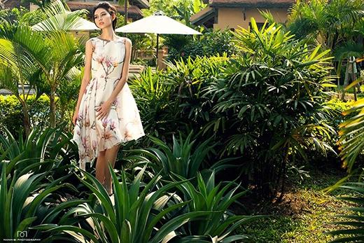 Trên nền vải voan trắng, những bông hoa mộc lan như thoắt ẩn thoắt hiện trên chiếc váy mullet điệu đà, nữ tính. Đây cũng chính là phom váy được nhiều nhà mốt, NTK trên thế giới ưa chuộng và lăng xê trong mùa mốt năm nay.