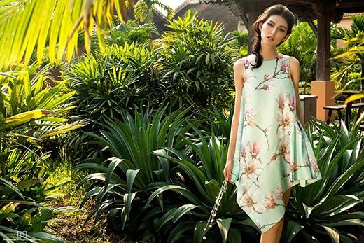 Kiểu váy chữ A cổ điển được Adrian Anh Tuấn làm mới dựa vào những đường cắt cúp bất đối xứng cùng chi tiết dún bèo một bên. Bộ váy mang đến sự tươi mát với gam màu bạc hà pastel dịu ngọt.