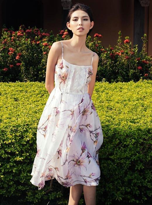 Mốt váy ngủ gợi cảm lại được NTK dung hòa với chất cổ điển của chân váy xòe. Những đường ren bản to cũng được đắp nổi trên thân váy như một đặc trưng nổi bật của phong cách thời trang đang làm mưa làm gió này.