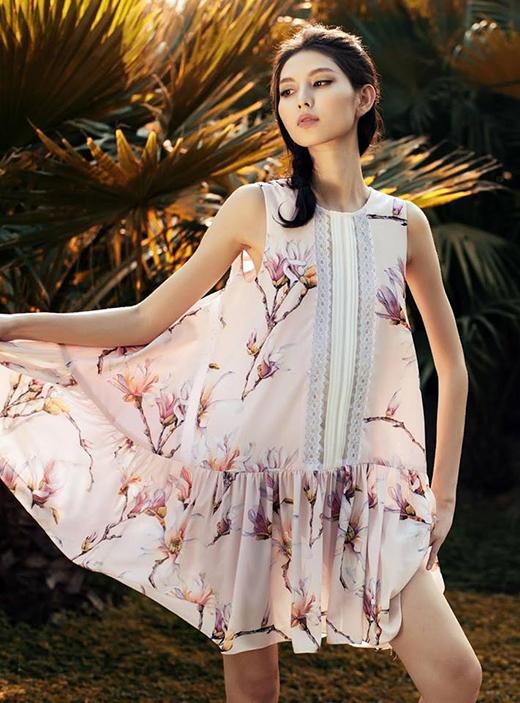 Thùy Dương diện váy hoa khoe khéo thân hình cò hương